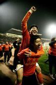 图文:[中超]山东0-0广州夺冠 尽情享受