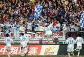 图文:[中超]天津5-3胜大连 天津队球员球迷欢庆
