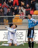 图文:[中超]天津5-3胜大连 路易斯与队友欢庆