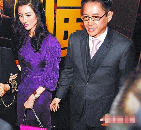 李嘉欣(左)昨穿一袭紫色连身裙与许晋亨现身喜宴