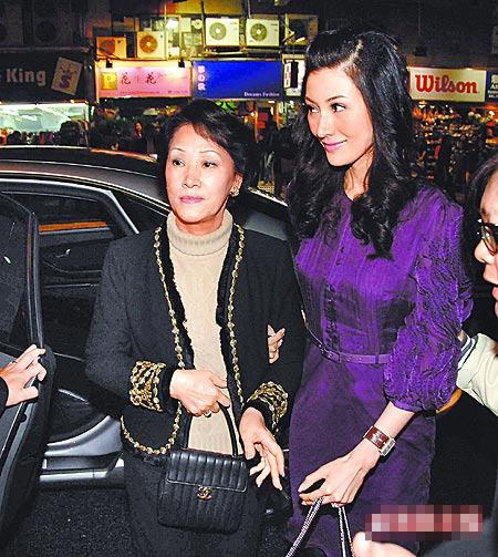 李嘉欣(右)与李妈妈下车。