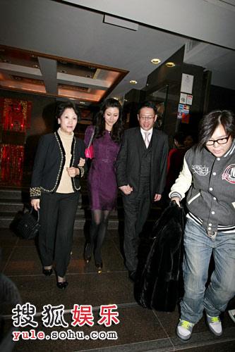 李嘉欣搀扶着母亲携手许晋亨离开饭店