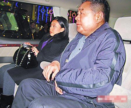 刘銮雄(右)前晚到澳门出席活动,刚生产完的甘比身材尚未恢复