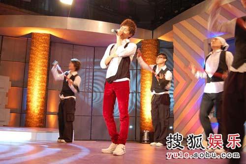 吴克群在《鲁豫有约》节目上表演
