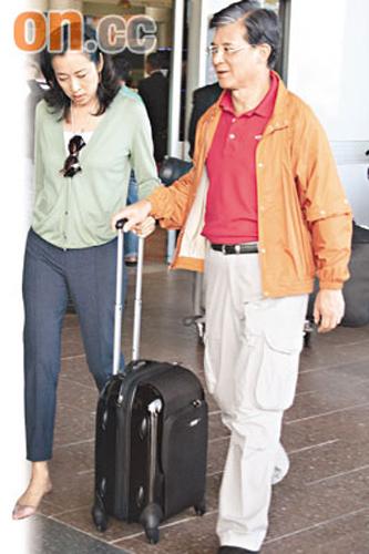 朱玲玲和罗康瑞一人一手合力拉着行李,十分亲密