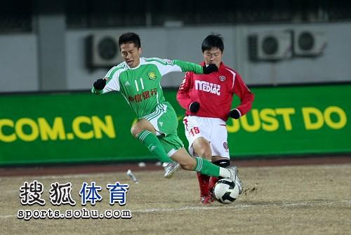 图文:[中超]北京2-0成都 黄博文带球突破