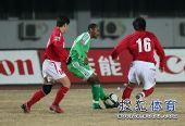 图文:[中超]北京2-0成都 埃尔维斯准备传球