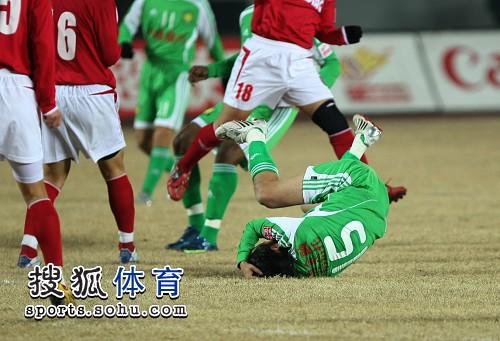 图文:[中超]北京2-0成都 陶伟倒地