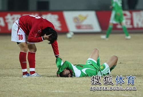图文:[中超]北京2-0成都 陶伟非常痛苦