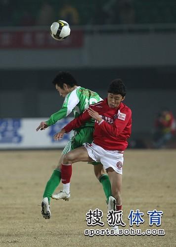 图文:[中超]北京2-0成都 双方相互争顶