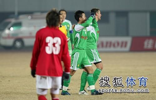 图文:[中超]北京2-0成都 黄博文致谢球迷