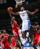 图文:[NBA]火箭负掘金 沃弗奋力争抢