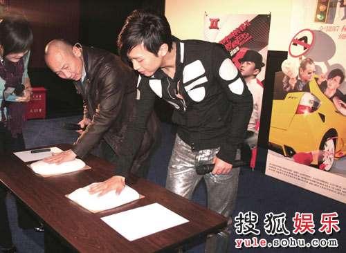 邓超与导演张建亚在上海与影迷见面留手模