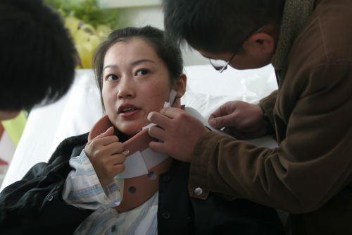 朱一丹的同事帮她查看病情。本报记者:何志强 摄影