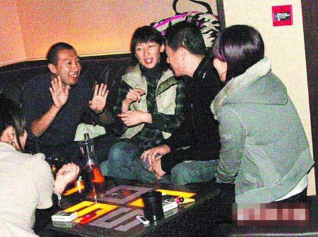陈慧琳老公Alex(左)被偷拍到和友人在酒吧聚会玩乐