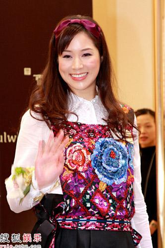 """徐子淇怀孕三个月以""""智行基金慈善大使""""身份出席慈善义卖活动"""