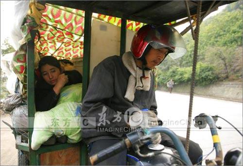 重庆农民工从广州骑三轮摩托返乡
