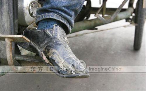 一路的奔波让一双新皮鞋破旧不堪