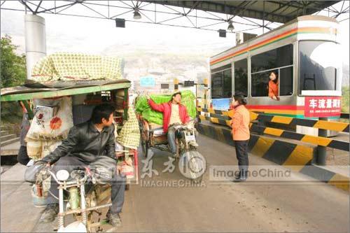 重庆农民工从广州骑三轮摩托返乡,试图再次进入高速公路无奈被工作人员制止。