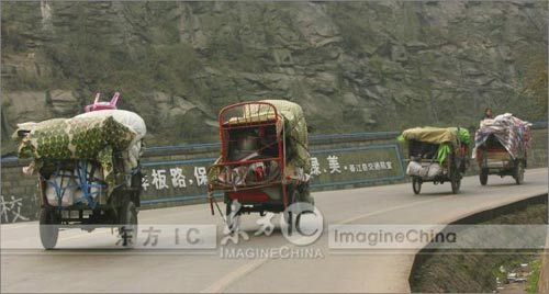 重庆农民工从广州骑三轮摩托返乡,找到其它道路后他们再次踏上回家的路。