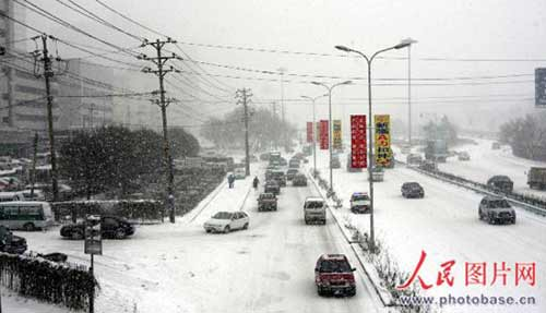 12月2日,市民在新疆首府乌鲁木齐冒雪出行。据自治区气象台介绍,由西西伯利亚南下的强冷空气从12月1日白天开始到2日夜间影响新疆。这次天气过程以降温大风为主,同时北疆偏北偏东地区将有较明显的降雪。