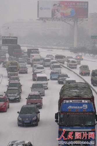 12月2日,乌鲁木齐银装素裹,最高温度零下5摄氏度,最低温度零下13摄氏度。新疆受西西伯利亚南下的强冷空气影响,依次出现了大范围降雪,其中乌市迎来了今年入冬以来最大一场降雪。
