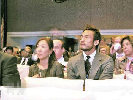 中田英寿西装笔挺在会议上仔细聆听