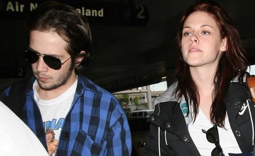 《暮色》女主角克里斯汀-斯图尔特和同为演员的男友一同现身洛杉矶机场