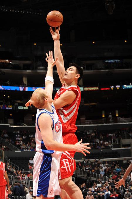 图文:[NBA]火箭VS快船 姚明内线勾手