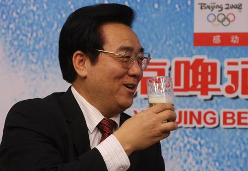 专访现场:李福成现场用燕京啤酒与主持人畅饮