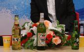 专访现场:访谈桌上摆上了燕京啤酒