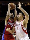 图文:[NBA]火箭VS快船 姚明防守卖力