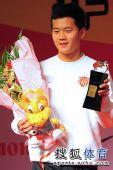 图文:[明星赛]中超颁奖典礼 最佳新人黄博文