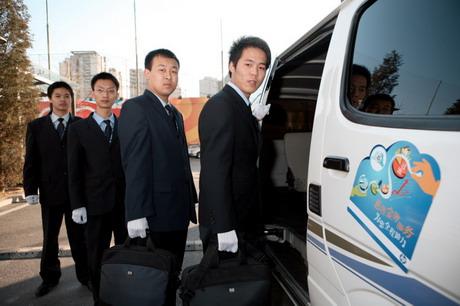 惠普金牌服务授权笔记本工程师们踏上行程执行取送机任务