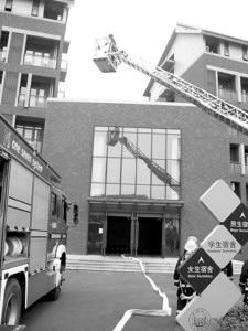 上海一中学火灾逃生演练 成功解救被困学生