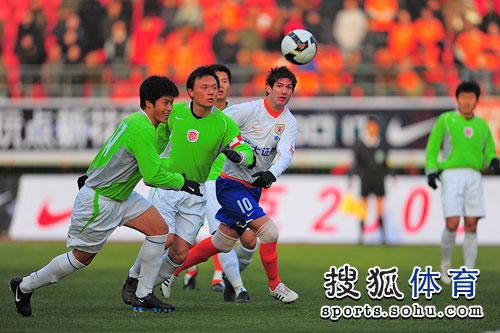 忻峰和队友合力防守
