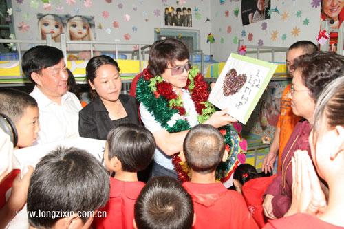 孤儿学校学生送礼物给成龙