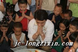 成龙教从来没有过生日的贫困孩子许生日愿望