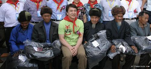 成龙和贵州贫困孤寡老人在一起