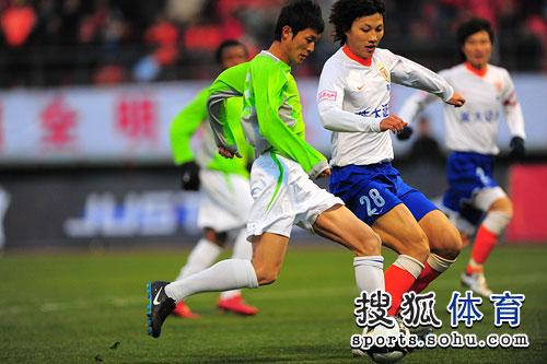 图文:[明星赛]鲁能6-7联队 吴昊积极防守