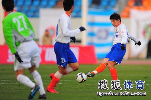 图文:[明星赛]鲁能6-7联队 崔鹏妙传队友