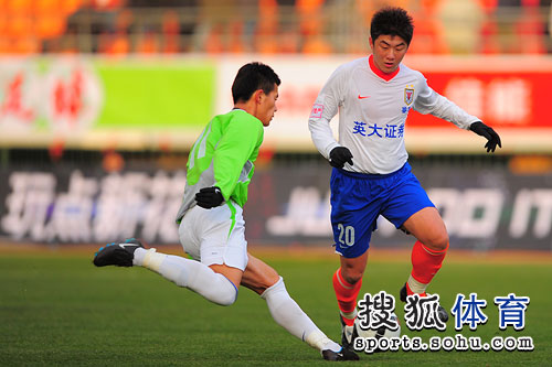 图文:[明星赛]鲁能6-7联队 崔鹏阻挡射门
