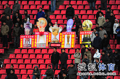 图文:[明星赛]鲁能6-7联队 热情的山东球迷