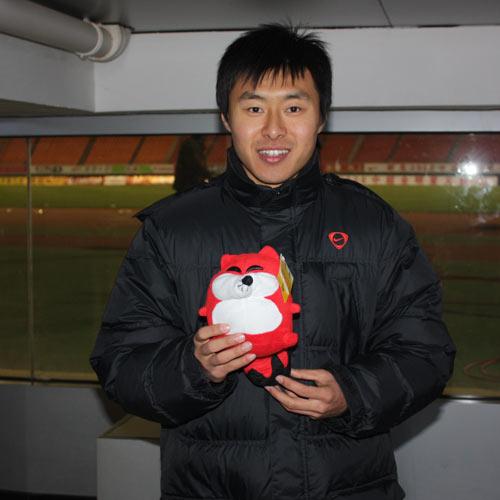 图文:[明星赛]场外精彩瞬间 姜宁手持小狐狸