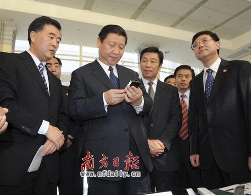 习近平认真观看广州高新技术企业研发的产品。罗文清 摄