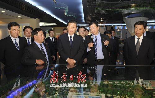 在广州科学城,习近平听取相关企业负责人的介绍。罗文清 摄