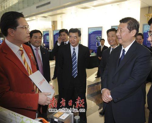 在广州国际企业孵化器中,习近平向企业代表询问企业发展情况。罗文清 摄