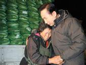 李明博听民众诉苦哭红眼圈 送老人围巾(图)