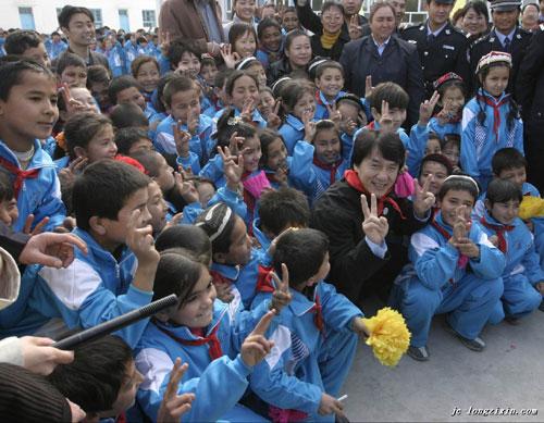 成龙与新疆的小学生在一起