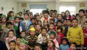 成龙与新疆SOS儿童村的孩子一起